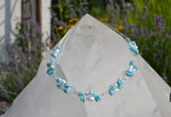 Halskette aus Draht und weißen und hellblauen Schmucksteinen