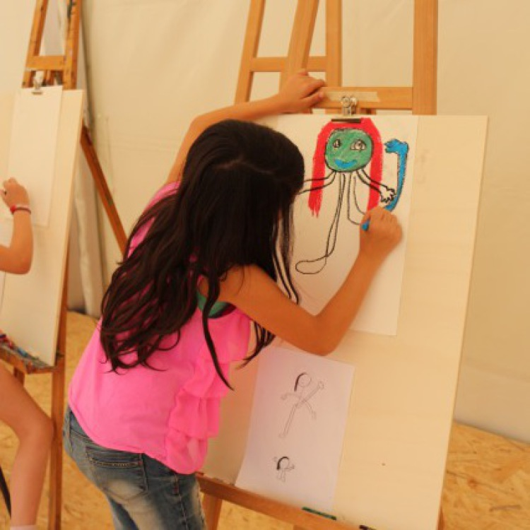 Ein Mädchen an der Staffelei im Kunstzelt Kirchner der Jugendkunstschule Balingen