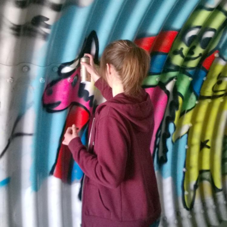 Eine Jugendliche aus der Jugendkunstschule Balingen sprüht ein Graffiti