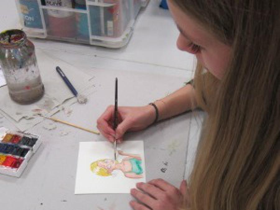 Eine Jugendliche beim Zeichnen in der Jugendkunstschule Balingen