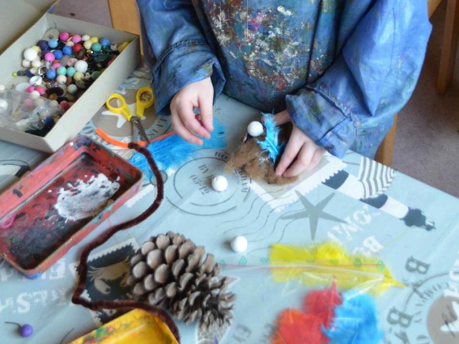 Kind bastelt in der Werkstatt der Fantasie der Jugendkunstschule Balingen
