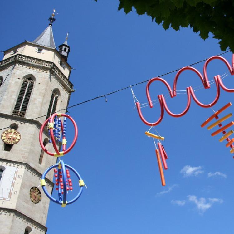 Einige der Himmelsstürmer der Jugendkunstschule vor der Balinger Stadtkirche