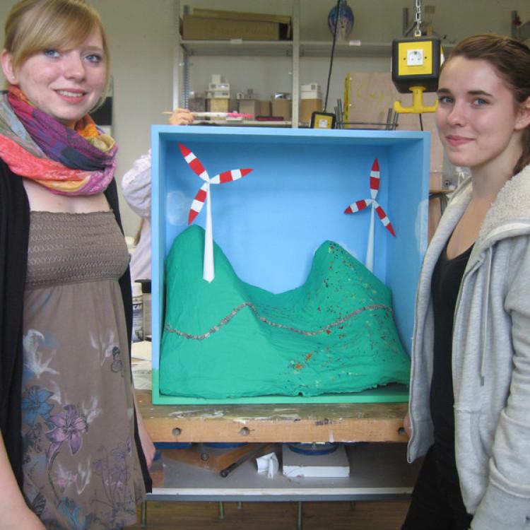 Zwei Teilnehmerinnen der Aktion Wunschbox Zukunft präsentieren ihre Wunschbox