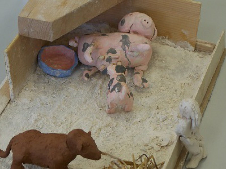 Getöpferte Schweinchen in der Werkstatt der Fantasie