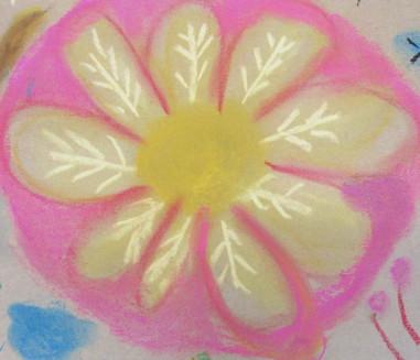 Das Bild zeigt eine gemalte Blume in Gelb- und Rosatönen